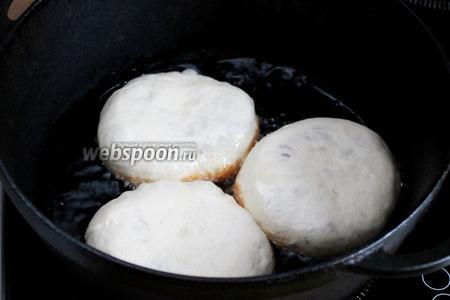 Когда долепим последнюю порцию, первые уже поднимутся, значить можно начинать жарить. Раскаляем в казане масло, убавляем огонь чуть ниже среднего и обжариваем беляши, помещаю дырочкой вниз (я прикрываю крышкой на 1,5-2 минуты для прожарки мяса).