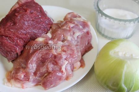 Тем временем приготовить фарш из мяса куриных бедрышек и говядины, лука, перца и соли.