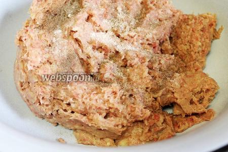 Фарш поместить в широкую миску, добавить соль и перец.