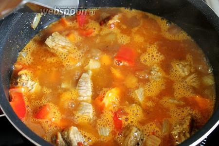 Долить кипяток в кастрюлю (кипяток брать, чтобы мясо не затвердело, что происходит, если доливать холодную воду).