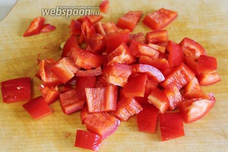 Кубиками нарезать красный перец.