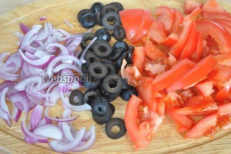 Лук и помидоры нарезаем четверть кольцами. Маслины на 3-4 колечка, каждую.