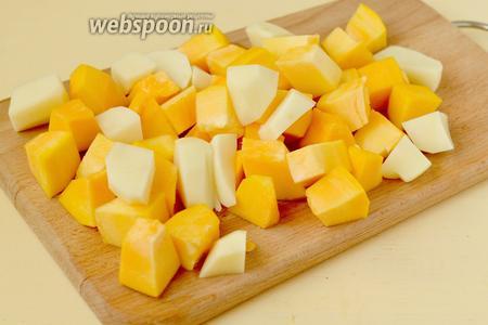 Очищаем тыкву и картофель, режем крупными кубиками.