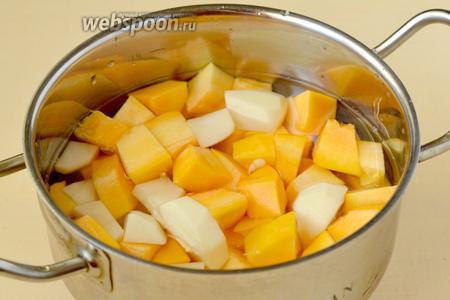 Заливаем овощи водой не выше их уровня. Добавляем соль, ставим на огонь и варим 15 минут.