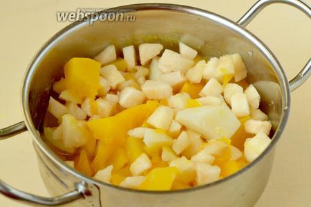 Добавляем груши к овощам и варим до готовности.