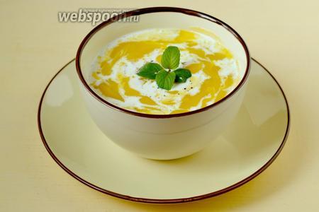 Разливаем суп в тарелки, добавляем сливки, свежемолотый перец,  украшаем кусочками свежей груши и листочком мяты.
