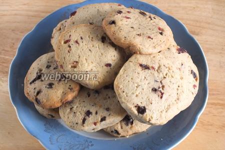 Готовые печенья аккуратно, чтобы не сломать, выложите на тарелку и полностью остудите. Готовое печенье может храниться в закрытой банке до 1 недели.