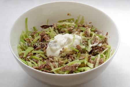 Заправить салат майонезом, украсить вареными яйцами и подавать. Приятного аппетита!