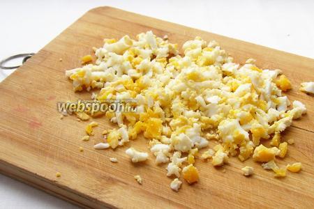 Вареные яйца порубить. Одно яйцо я оставляю для сервировки, сделав из него сердечко, а другое мелко рублю.