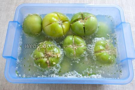 Все ингредиенты для маринада соединить и довести до кипения. Залить помидоры. Остудить. На неделю оставить в холодном месте.