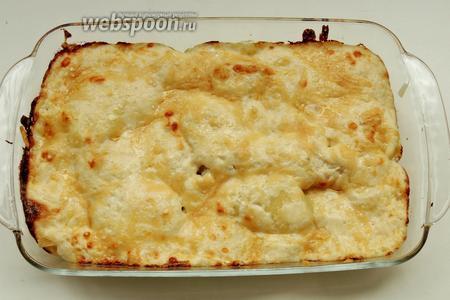Запекаем в заренее разогретой духовке 15 минут при температуре 220°С. Сервируем в блюде и затем раскладываем порционно прямо в тарелки. К блюду подаём солёные огурчики, початки кукурузы и серебряный лук. Приятного аппетита!