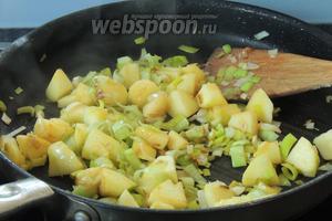 В той же сковороде обжариваем нарезанные и очищенные яблоки с мелко нарезанным луком около 2-х минут.