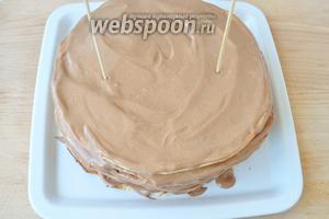 Промазываем все коржи кремом. Для того что бы торт не «съезжал» втыкаем в него 2 деревянные шпажки.