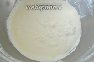 Размягчённое масло взбиваем со сметаной.