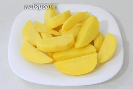 Подготовленный картофель нарезаем крупными дольками.