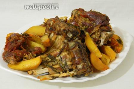 Ребра и картофель выложить на блюдо и подавать. Приятного аппетита!
