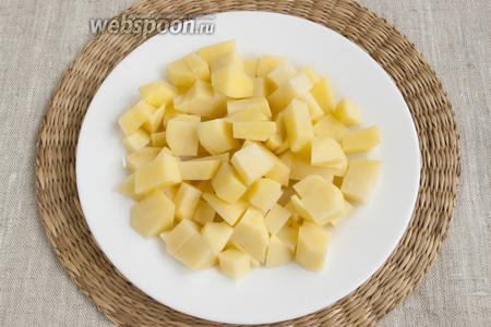 Картофель почистить, нарезать кубиками.