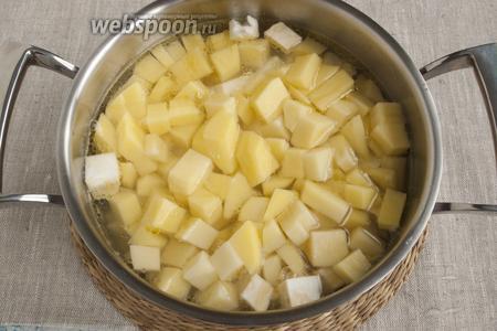 Добавить корнеплоды в кастрюлю с луком и чесноком. Залить кипящей водой, добавить соль. Варить 20-25 минут с момента закипания.