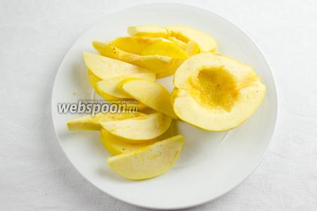 Плоды айвы тщательно вымыть. Разрезать пополам, удалить сердцевину. Нарезать дольками 1,5 см толщиной.