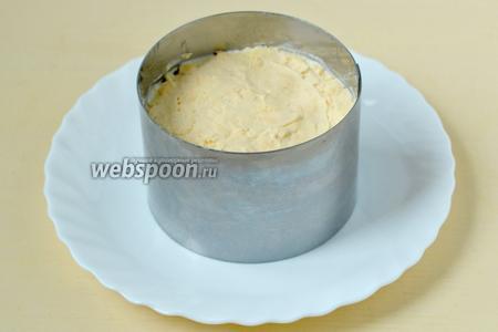 Желтки разминаем вилкой в крошку и укладываем на сырный слой.