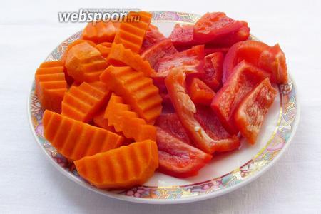 Все овощи очистить и нарезать крупно. Сначала перец и морковь.