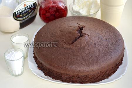 Для нашего воздушного торта заранее испечём  шоколадный шифоновый бисквит . Так же нам понадобятся вишни, сливки (200 мл нежирных сливок и 300 мл жирных), творог, сахарная пудра, любой ликёр по вашему вкусу (у меня Шериданс), а также любые элементы декора.