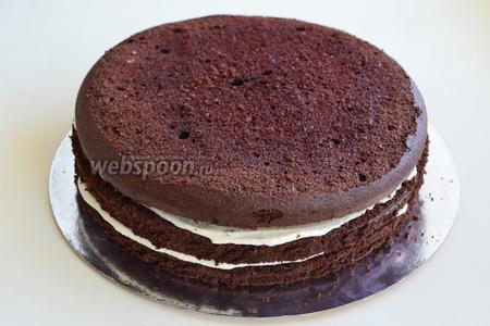 Отдельно пропитайте соком третий корж и накройте торт пропитанной стороной.