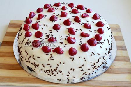 Украсьте торт вишнями и осколками шоколада. Оставьте застывать и пропитываться минимум на 12 часов. Аккуратно разрежьте пропитанный торт (он очень нежный) и подавайте к чаю.