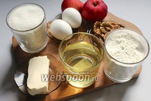 Для приготовления яблочного пирога нам потребуются яблоки, яйца, масло сливочное и подсолнечное рафинированное, мука, разрыхлитель, сахар, орехи.