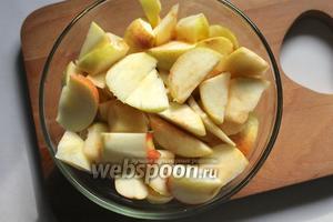 Подготовленные яблоки нарезать дольками.