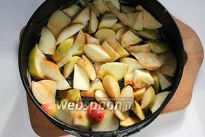 Выложить нарезанные яблоки слоем в 2 см на дно формы, слегка смазанную сливочным маслом. Диаметр формы 24 см.