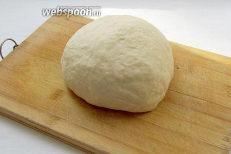 Из воды, яйца, муки и соли замесить тесто, добавив ложку растительного масла. Тесто хорошо вымесить, накрыть полотенцем и дать отдохнуть 15 минут.