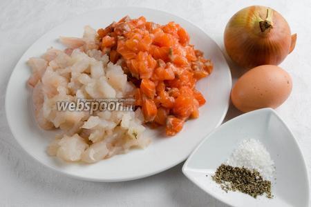 Тем временем приготовить начинку. Для начинки взять рубленый фарш из филе сёмги и судака, лук, соль, перец, яйцо.