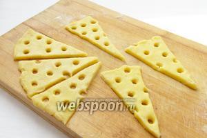 Коктейльной трубочкой сделать произвольные дырочки, как у сыра.