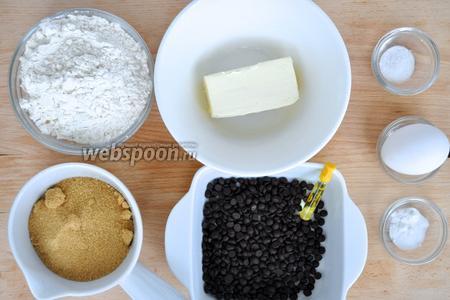 Для печенья понадобится сахар коричневый, масло сливочное, одно яйцо, мука, шоколадные чипсы или дропсы (у нас известны как капли), если их нет просто покрошите мелко шоколад. Соль, сода, ванильный экстракт. Муки может уйти немного больше в зависимости от производителя, но на 1 столовую ложку, не более.