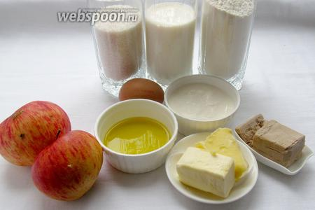 Для пирожков с яблоками нам понадобятся: дрожжи, молоко, мука, сахар, мало растительное, масло сливочное, сметана, соль, яйцо для смазки, яблоки, корица.