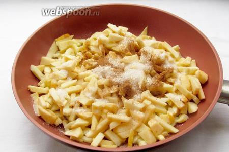 В сковороде разогреть сливочное масло, выложить яблоки, посыпать их сахаром и корицей. Жарить постоянно помешивая. Яблоки дадут сок и начнут карамелизироваться. Их нужно потушить до мягкости. Если есть необходимость, то добавить 100 мл воды, чтобы начинка стала мягкой. Масло придаёт яблокам приятный сливочный вкус и запах. Готовую начинку слегка посыпать 1 ч. л. крахмала и перемешать.