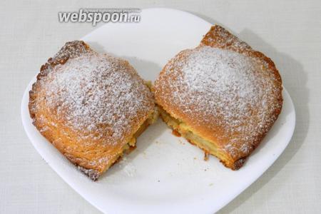 Пирог охлаждаем, делим на порции, посыпаем сахарной пудрой и подаём. Приятного чаепития!