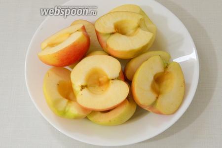 Яблоки для начинки моем, режем на половинки и удаляем сердцевину.