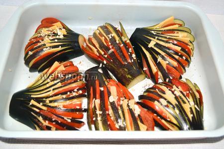 Подготовленные таким образом баклажаны, укладывают на смазанный растительным маслом противень. Для образования румяной и аппетитной корочки веер смазываем майонезом.