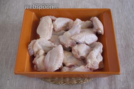 Куриные крылья промыть, разрезать на 2 части по суставу. Если крылья целые, то есть с третьей фалангой, то её следует удалить.