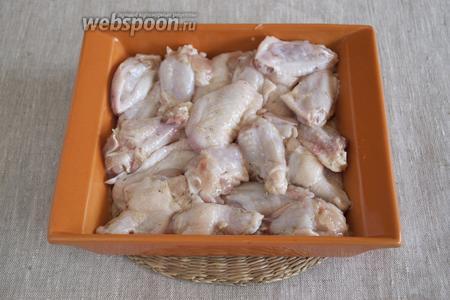 Добавить к крылышкам очищенный и измельчённый чеснок (2-3 зубочка), соль, смесь перцев, масло подсолнечное. Хорошо перемешать, чтобы крылья примерно равномерно были покрыты чесночной массой.