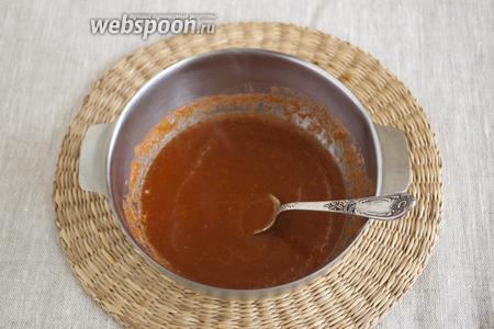 Перелить соус в кастрюльку или миску. Добавить сливочное масло и уксус. Нагреть, но не кипятить. Масло должно разойтись.