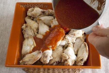 Крылья залить готовым соусом и снова поставить в духовку.