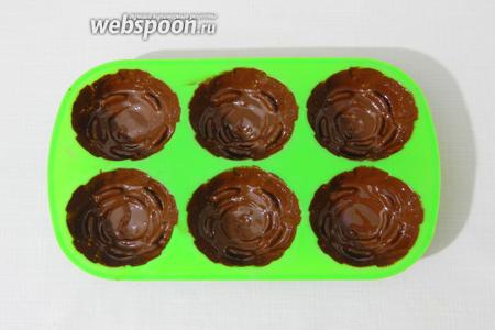 Силиконовые формочки обмазываем шоколадом, охлаждаем и ещё раз наносим шоколад. Снова охлаждаем.
