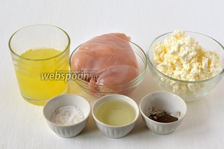 Для приготовления белковых котлет нам понадобится куриная грудка, 4 белка яиц, творог, подсолнечное масло, соль, перец, мускатный орех.