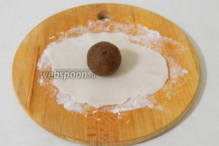 Выкладываем в середину шарик из пасты с клубникой.