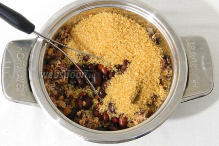 Добавляем коричневый сахар и оставшуюся фасоль, перемешиваем и продолжаем давить.