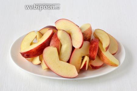 Яблоки помыть, очистить от сердцевины. Порезать ломтиками.