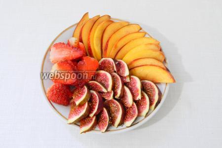 Когда безе и крем готовы, нарезаем ягоды и фрукты.